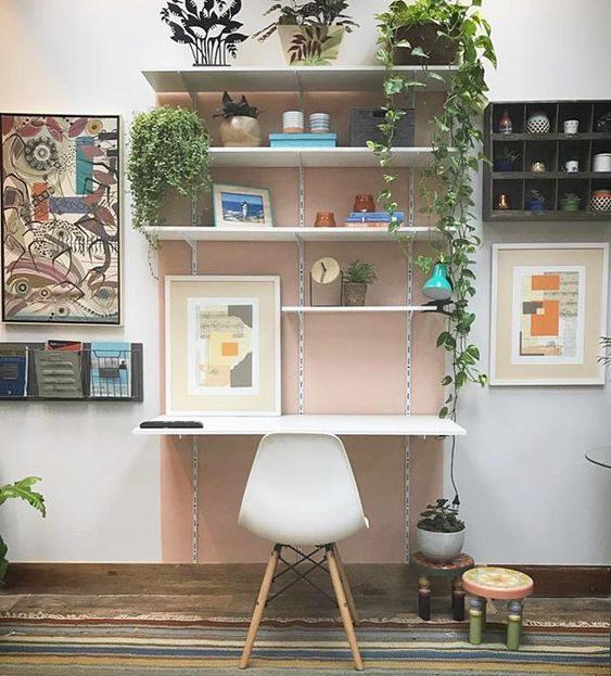 delimitação da área do escritório com pintura rosa na parede.