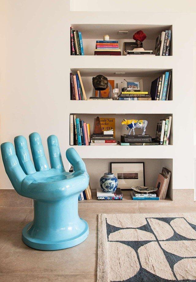 nichos com livros e objetos