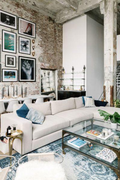 sofá de canto em sala industrial