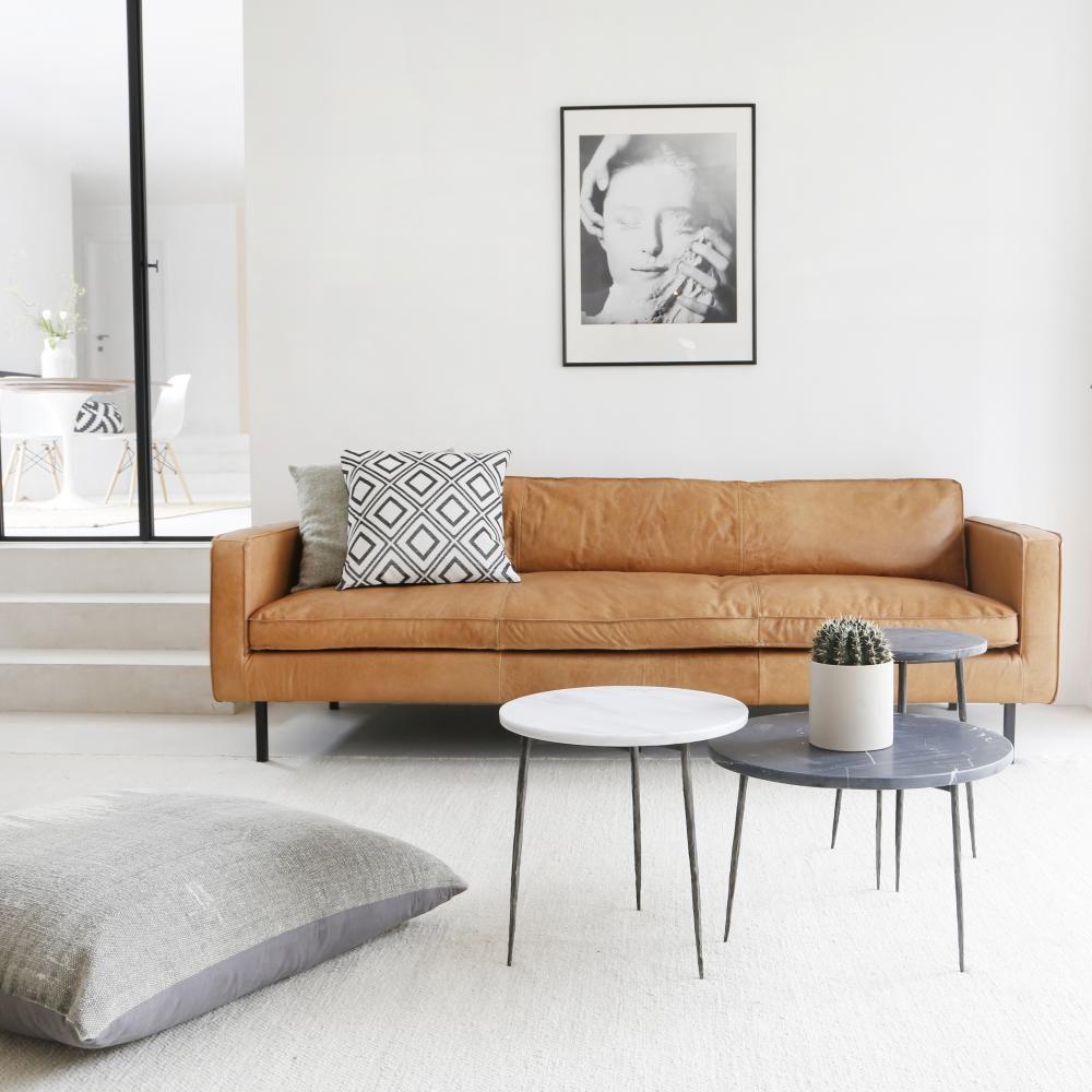 sofá de couro em sala escandinava