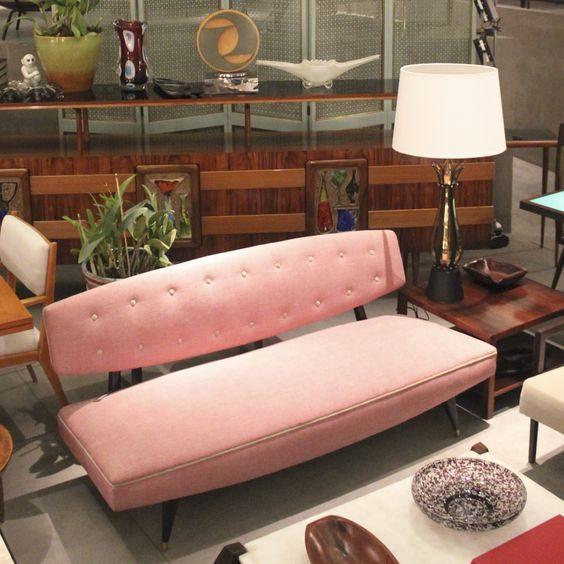 sofá retrô madeira e rosa