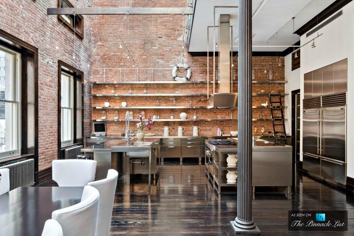 loft com pé direito duplo parede de tijolo envelhecido e piso de madeira detonado