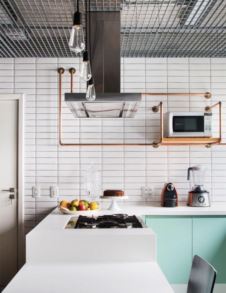 cozinha com mood industrial revestida com subway tile branco