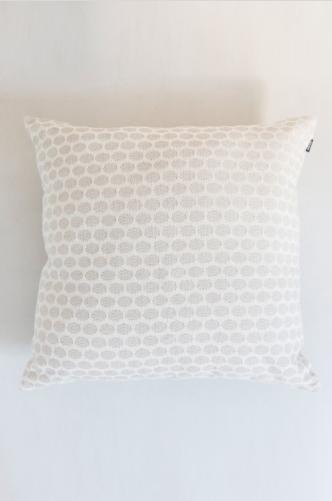 almofada clara com estampa de colmeia