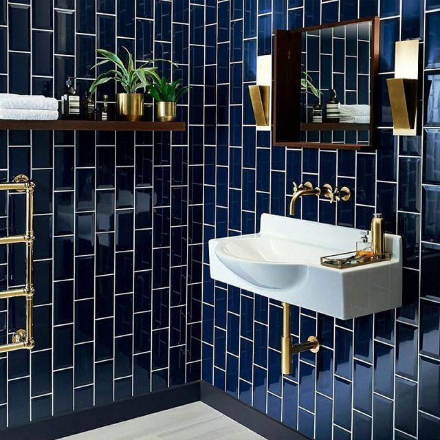 banho com subway tile azul marinho