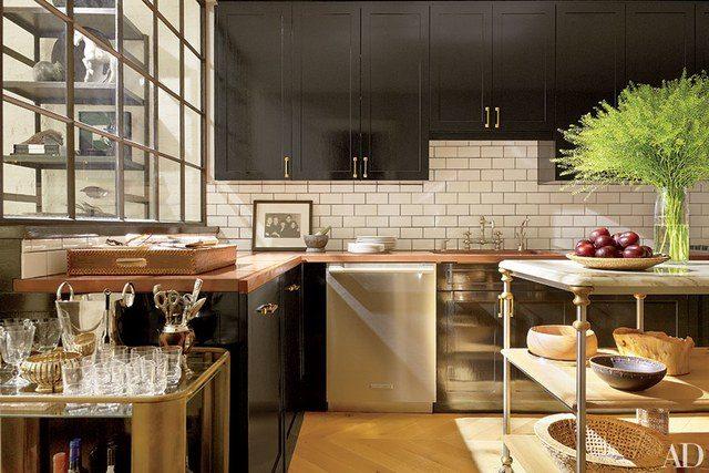 mistura de materiais em cozinha revestida com subway tile