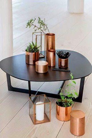 O cobre invade os mobiliários soltos e o decor