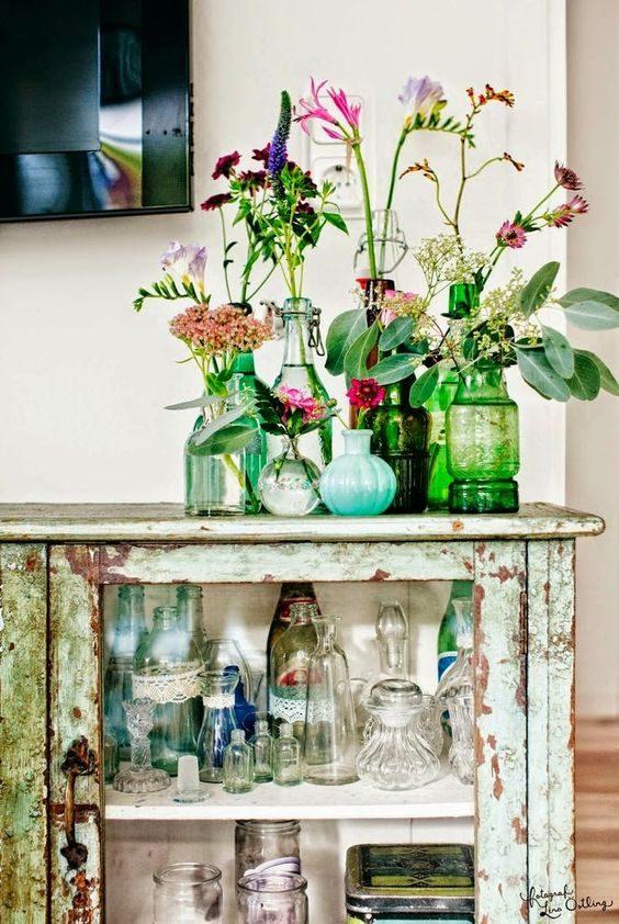 garrafinhas reutilizadas como vasinhos na floresta urbana