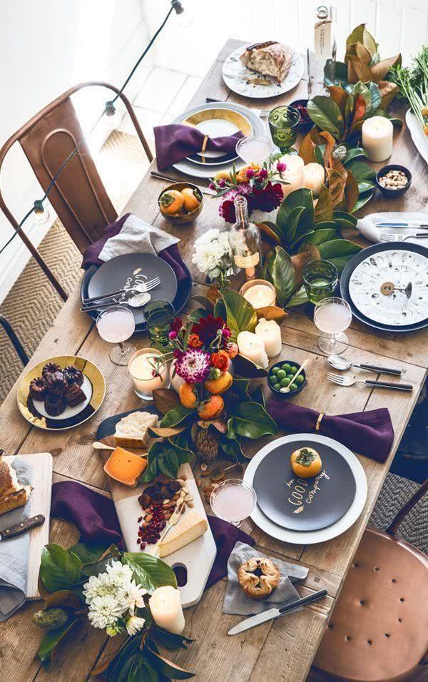 mesa posta com mix de pratos preto e branco