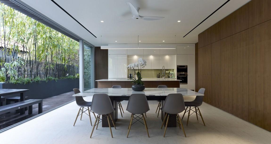 sala de jantar sofisticada com mesa com tampo de pedra e cadeiras eames cinza