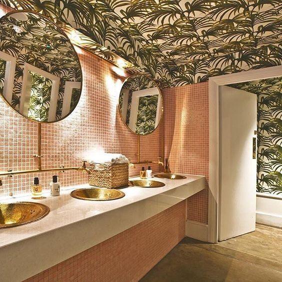banheiro girly rosa e folhagem tropical