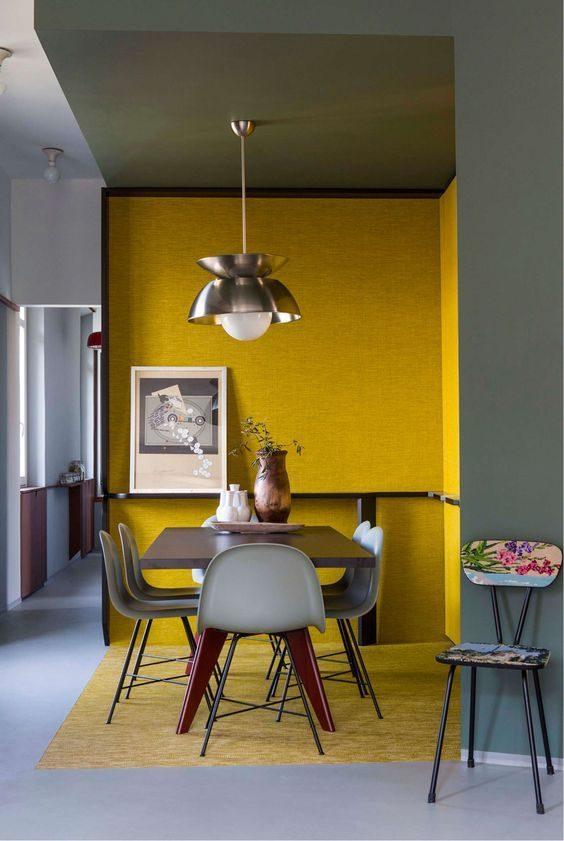 sala de jantar delimitada por pintura amarela nas paredes.