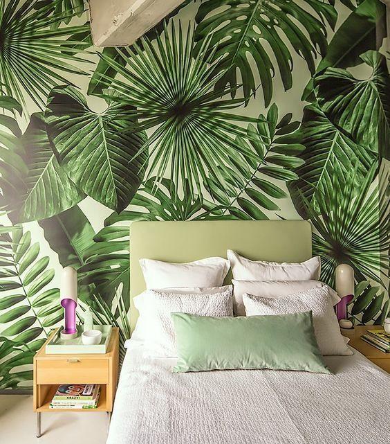 Quarto rústico com papel de parede em folhagem tropical.