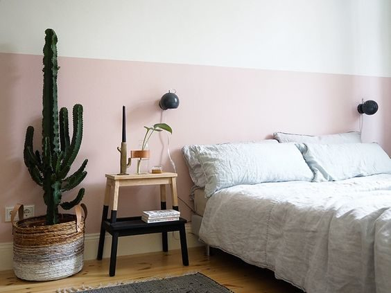 quarto com meia parede rosa