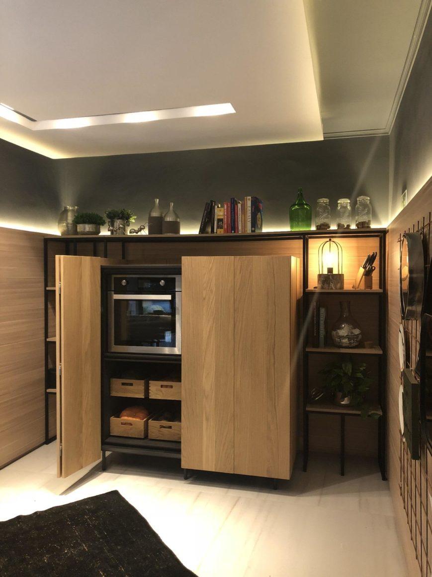 armario cozinha com perfis metalicos pretos e portas de madeira