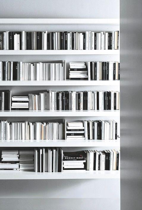 estante minimalista com livros preto e branco