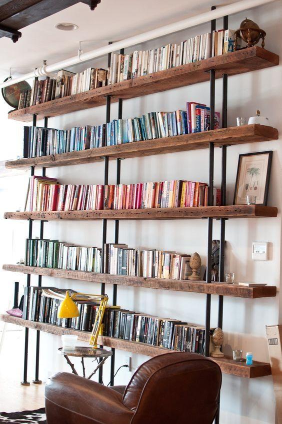 estante com livros arrumados por cor