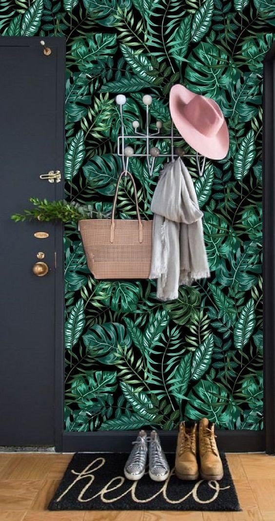 hall de entrada com papel de parede tropical preto