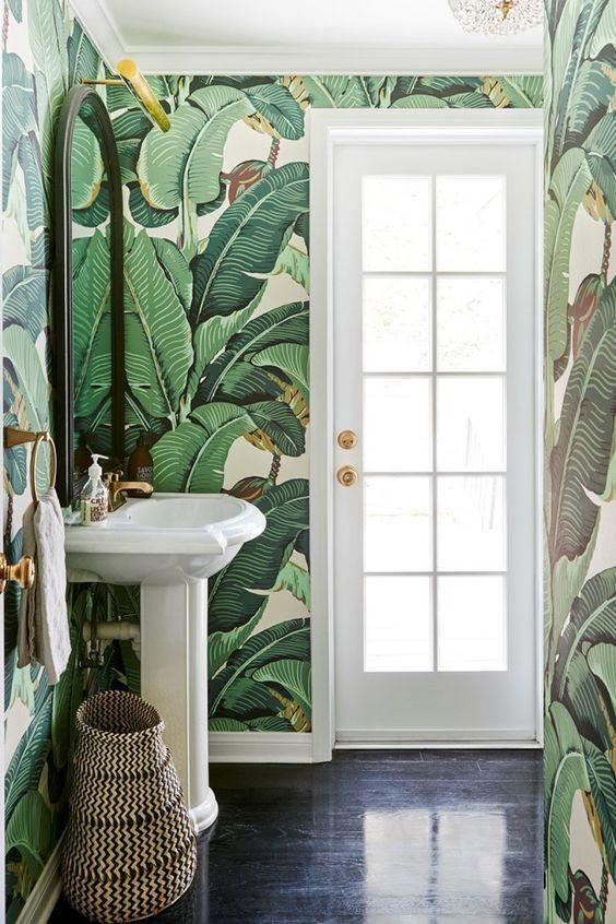 lavabo cool com papel de parede tropical