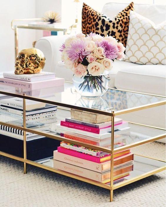 mesa de centro com composição de livros