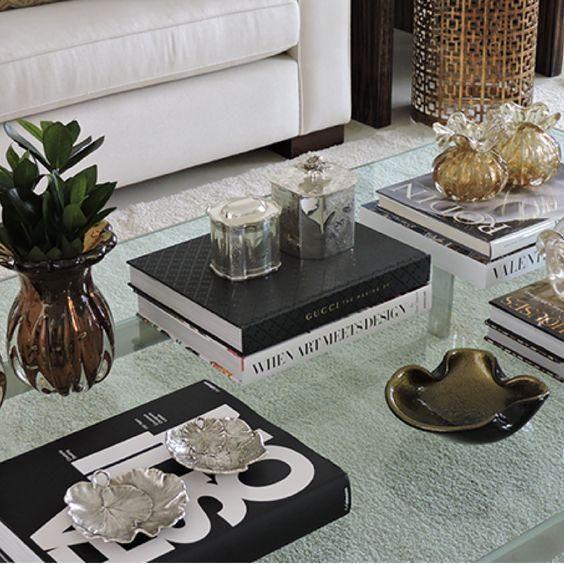 mesa de centro com livros especiais