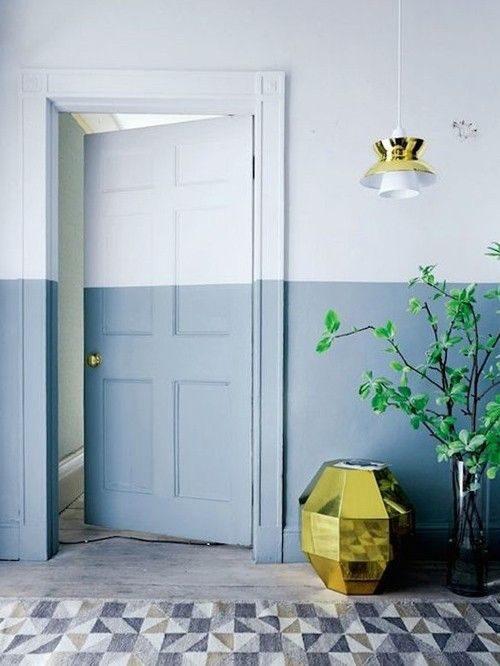 meia parede e porta pintadas de azul