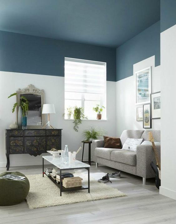 teto e lista na parede azul